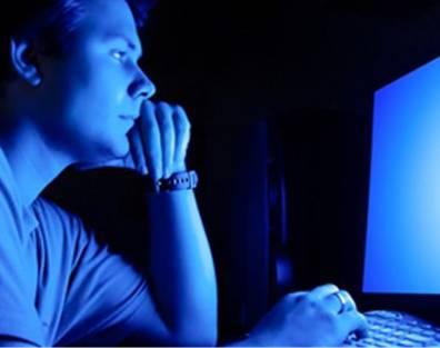夜間のPC操作はブルーライト照射