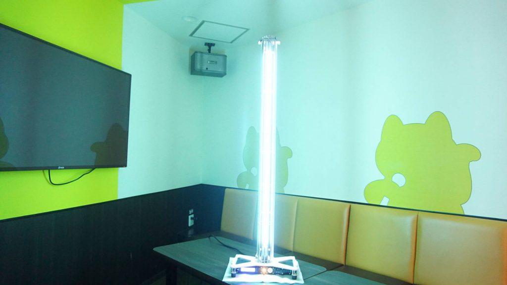 カラオケルームで使用中の除菌・ウイルス不活化機器の様子